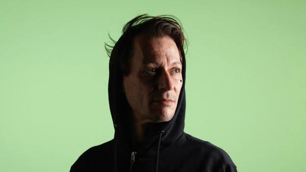 Preisgekrönte Schweizer Queer-Literatur: «Neon Pink & Blue» von Christoph Schneeberger