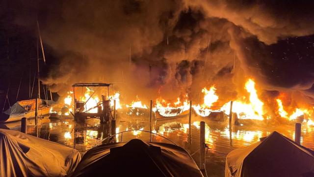 Grossbrand zerstört im Segelhafen von Lachen zehn Schiffe