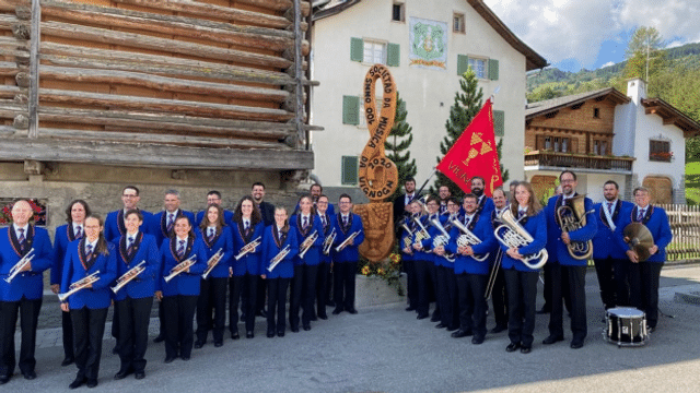 Societad da musica da Vignogn cun novas unifurmas e novs instruments