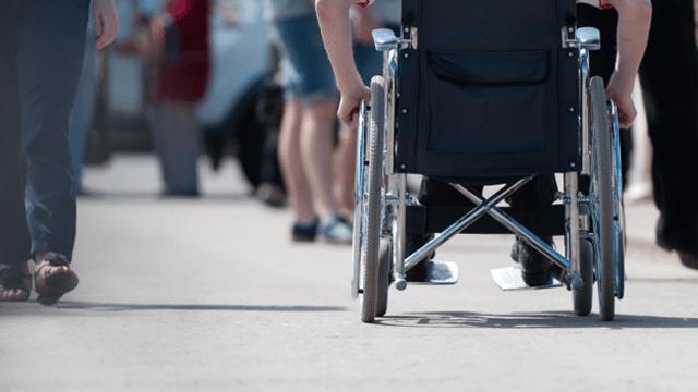 Wenn Rollstuhlfahrer Fussgängern begegnen