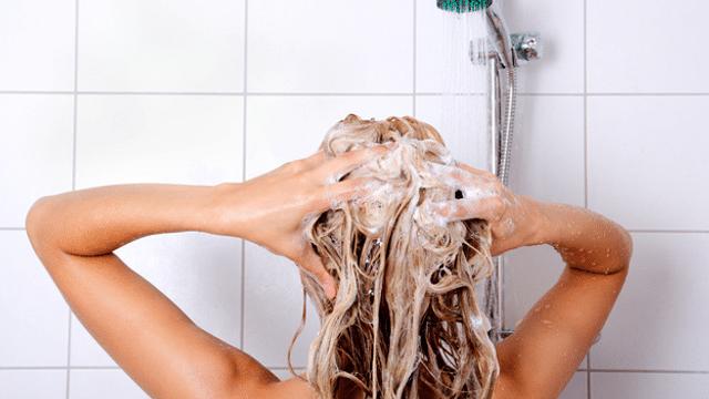 Die grössten Fehler bei der Haarwäsche