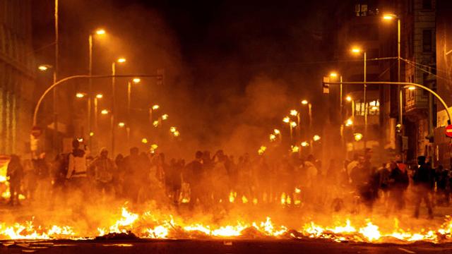 Zehntausende protestieren auf Barcelonas Strassen - Radio - Play SRF